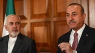 Der türkische Außenminister Mevlüt Çavuşoglu, hier mit seinem iranischen Kollegen Javad Zarif, wies das Embargo gegen den Iran zurück.