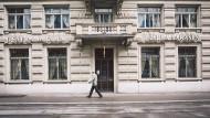 Der Falschberatung beschuldigt: Der deutsche Drogerie-Unternehmer Erwin Müller wirft der Sarasin-Bank vor, ihn in dubiose Geschäfte getrieben zu haben.