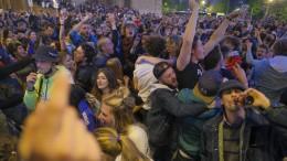 Freudenfeiern und Krawalle nach Lockdown-Lockerung
