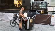 Umschlagplatz: Ein Lastwagen an der Börse dient als Zwischenlager, das von Lastenrädern angefahren wird.