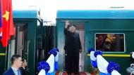 Da war die Laune noch gut: Nordkoreas Diktator Kim Jong-un mit seinem Dienstzug, der ihn zum Gipfeltreffen mit Donald Trump gebracht hat.