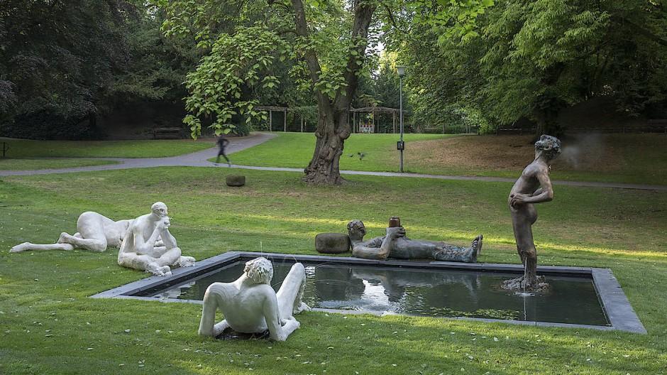 Diverse Aggregatzustände von Wasser und Mensch: Nicole Eisenmans skulpturale Brunnenanlage in Münster.