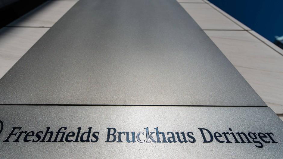 Freshfields Bruckhaus Deringer, die frühere Kanzlei von Ulf Johannemann, wurde zwei Mal durchsucht.