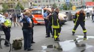 Einsatzkräfte stehen am Montag vor dem Hauptbahnhof in Frankfurt