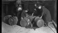 Schade um den guten Tropfen: Weinfässer werden 1921 in Chicago massenweise geleert und der Inhalt in die Kanalisation geschüttet.