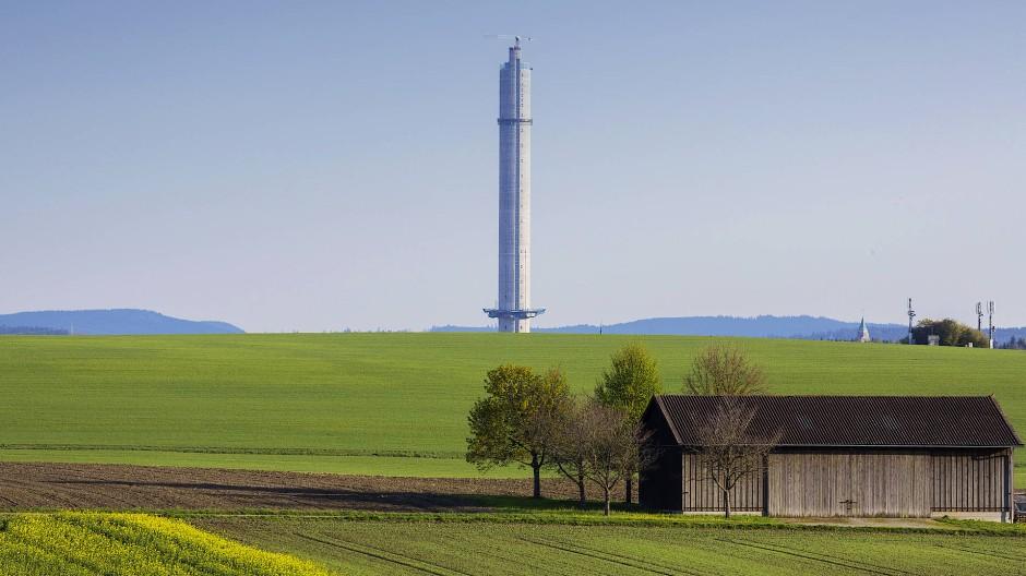 Wirkt wie ein Fremdkörper in der Landschaft: Der Testturm für Aufzüge von Thyssen-Krupp nahe Rottweil.