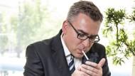 Rauchen mit Genuss: Geschäftsführer des Zigarettenverbands Jan Mücke liebt seinen Job.