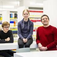 Jungstudenten mit Professor: Konrad Kleineidam, Talia Crummenauer und Franz Rothlauf