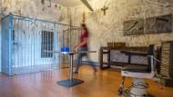 """Im """"Hostel"""" dürfen sich die Spieler nicht durch die gruseligen Accessoires an den Wänden aufhalten lassen."""