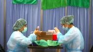 Krankenschwestern bereiten am 2. Juni in Taipeh Impfungen mit AstraZeneca vor