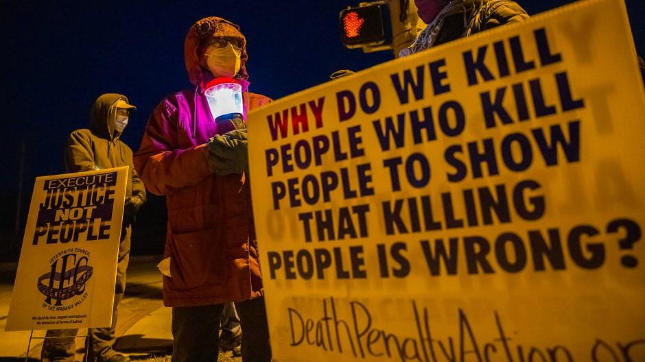 Aktivisten kämpfen gegen die Todesstrafe vor dem Gefängnis, in dem Lisa Montgomery hingerichtet wurde.