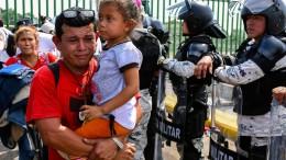 Migranten warten an der mexikanischen Grenze