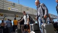 Thomas-Cook-Urlauber am Flughafen Heraklion auf Kreta.