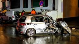 Betrunkener Autofahrer durchbricht Häuserwände