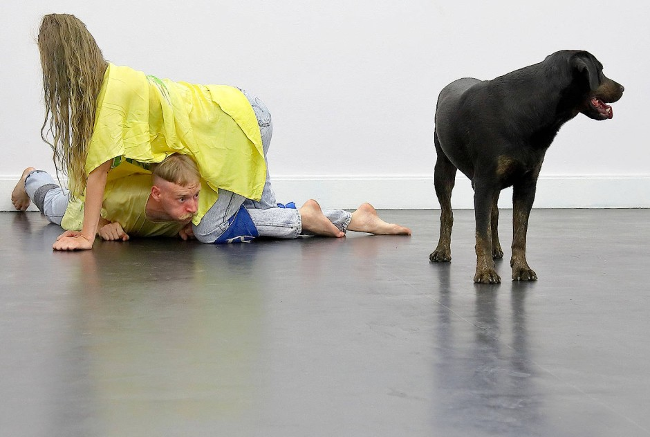 """Für und mit dem Hund: Krõõt Juurak und Alex Bailey in """"Performance for Orpheus"""""""