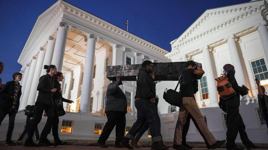 Proteste vor dem Parlament: Demonstranten tragen die Demokraten zu Grabe.