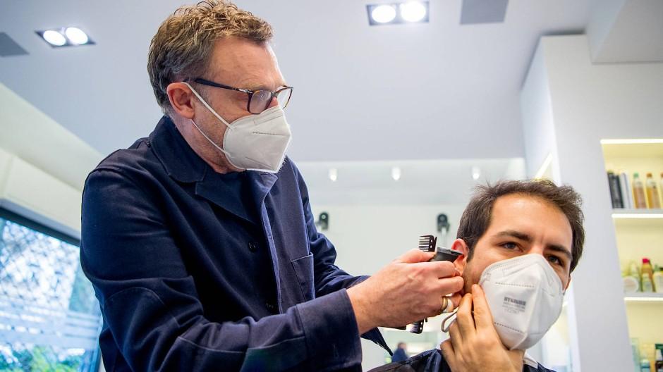 Sauberer Schnitt: Friseurmeister Cyrus Wachs zeigt dem Autor, wie er sich selbst die Koteletten kürzen kann.