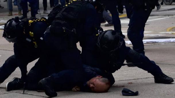 Polizei löst Protest von Zehntausenden mit Tränengas auf