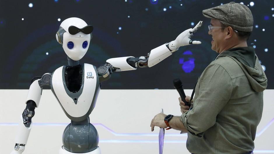 Übernehmen offenbar vorerst doch nicht den ganzen Arbeitsmarkt: Roboter auf dem Mobile World Congress in Barcelona.