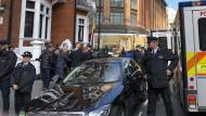 Nach sieben Jahren: Assange wird von Polizisten aus der ecuadorianischen Botschaft in London zu einem wartenden Polizeibus getragen.