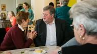 Wahlkreiskandidat Stefan Stader beim Nachbarschaftstreff im sachsen-anhaltinischen Wittenberg. Bei Bürgergesprächen kommen alle Sorgen auf den Tisch, auch die, die nichts mit Bundespolitik zu tun haben.
