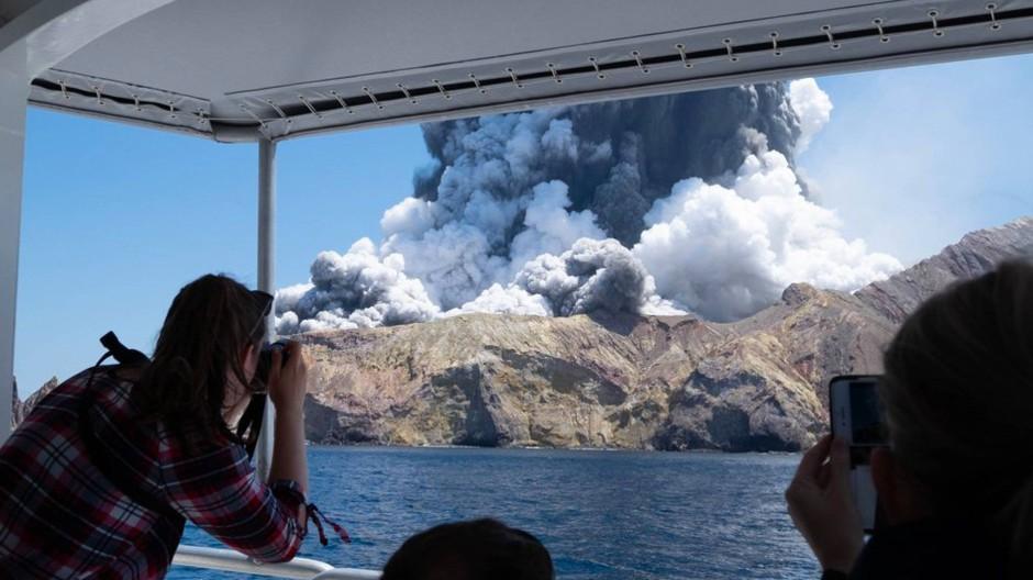 Fast ein Jahr nach dem verheerenden Vulkanausbruch in Neuseeland ist nun bekannt geworden, dass ein weiterer Mensch an den Folgen seiner Verletzungen gestorben ist.
