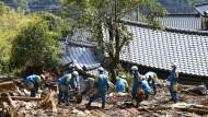 Spuren der Zerstörung: Polizisten durchkämmen die Trümmer eines beschädigten Hauses in Minamiaso, Kumamoto im Süden Japans.