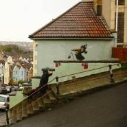 Banksys neuestes Werk: Eine ältere Frau mit Kopftuch, die beim starken Niesen ihr Gebiss verliert. Das Graffito befindet sich in Bristol am Anfang der Vale Street, die als steilste Straße Englands gilt.