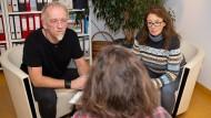 Einfühlsam: Der Soziologe Holger Friedler und Kinderärztin Sabine Becker hören den Eltern genau zu.