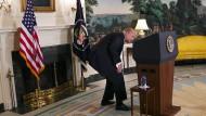 Wo ist sie? Donald Trump unterbricht eine Rede, um nach einer Wasserflasche zu suchen – am falschen Ort, wie man sieht.