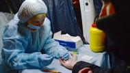 Gegen die russischen Werte? Bluttest im Schnellverfahren zur HIV-Kontrolle in einer mobilen Station in Jekaterinburg
