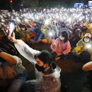 Lichtermeer in der Dunkelheit: Zum sechsten Mal in Folge gingen am Sonntag Demonstranten in Bangkok für Demokratie und Reformen auf die Straße.