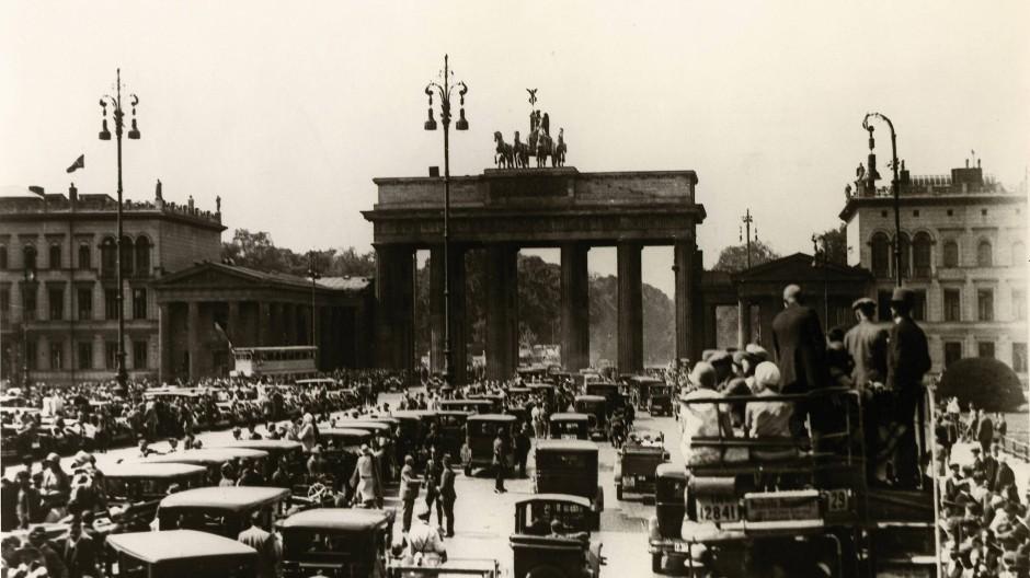 Feier zum Verfassungstag 1928 vor dem Brandenburger Tor: Von 1921 bis 1932 war der 11. August ein Nationalfeiertag.