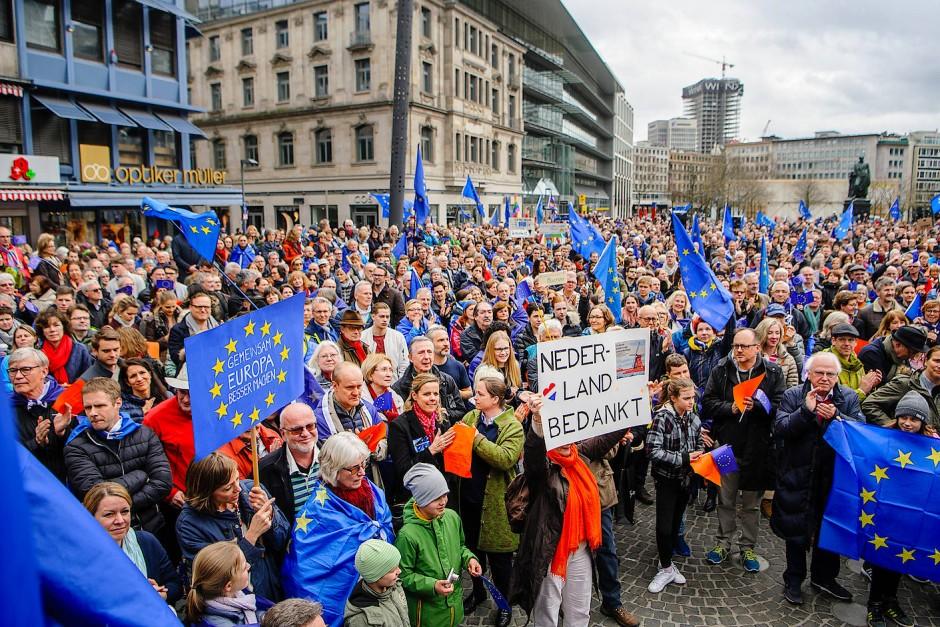 Ein Danke an die Niederlanden: Die Frankfurter freuen sich über das Wahlergebnis.