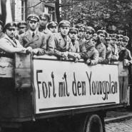 """Ende 1929: Werbeautos des """"Stahlhelms"""" propagieren in den Straßen Berlins das Volksbegehren gegen den Young-Plan."""