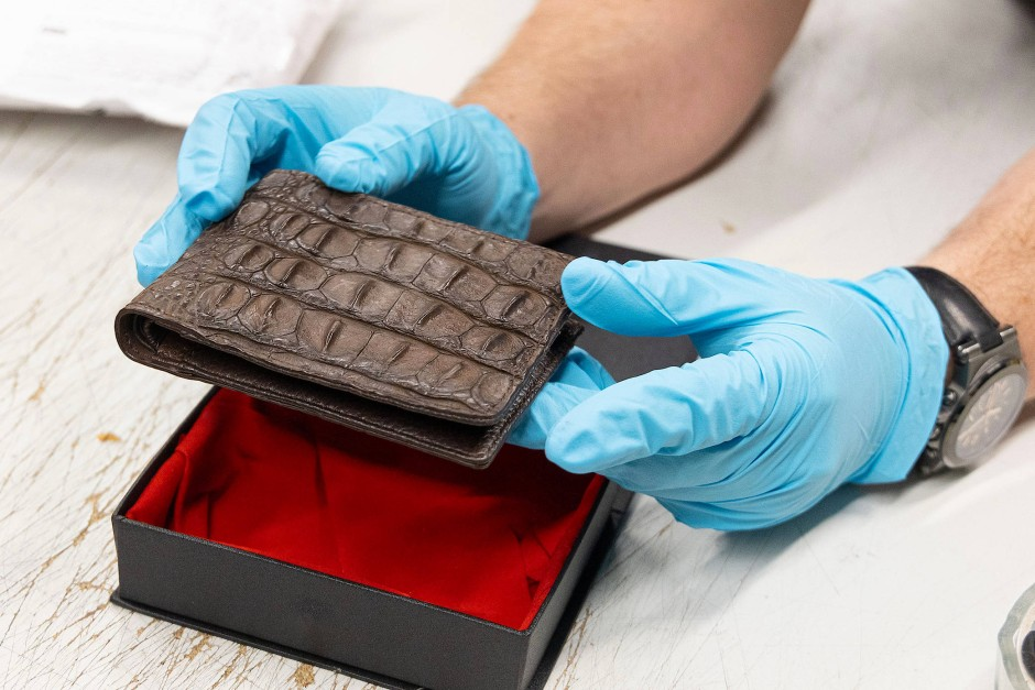 Auch Produkte aus tierischen Stoffen, wie diese Geldbörse aus Krokodil, sind nicht erlaubt.
