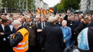 Rechte Demo in Chemnitz. In der Mitte der AfD-Politiker Björn Höcke, rechts Pegida-Gründer Lutz Bachmann.