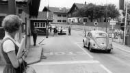 Kontrolle am Schlagbaum: Eine Szene aus den siebziger Jahren vor der deutsch-österreichischen Grenze.