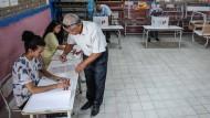 Sonntag, 6. Oktober 2019 in einem tunesischen Wahllokal: Wähler füllen ihre Stimmzettel aus, bevor sie anlässlich der Parlamentswahlen ihre Stimme abgeben.