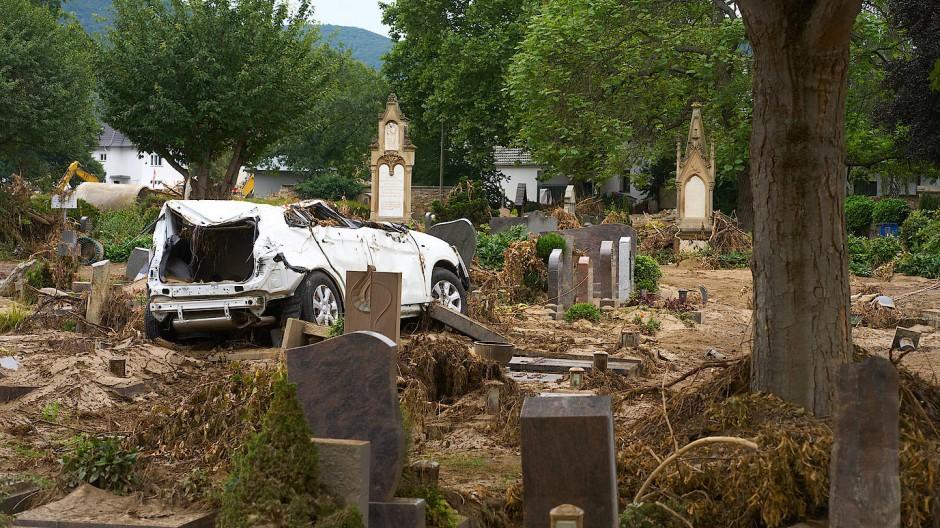 Angeschwemmt Autos, überflutete Gräber, zerstörte Andenken: Friedhof in Bad Neuenahr-Ahrweiler.