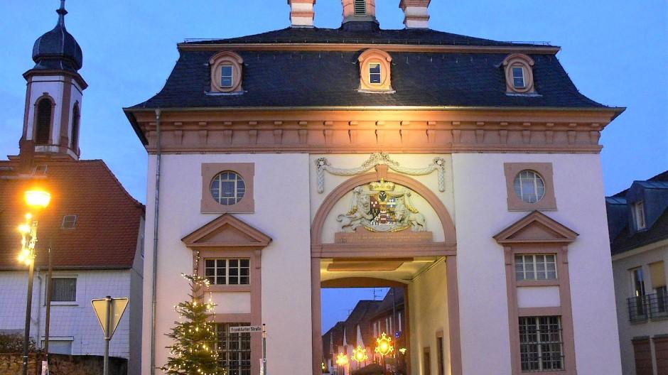 """Dem legendären """"bauwurmb"""" der Grafen von Schönborn verdankt Heusenstamm die Dreieinheit von Schloss, Kirche und Torbau. Dieser wurde zur Erinnerung an den Aufenthalt von Kaiser Franz I. 1764 errichtet."""