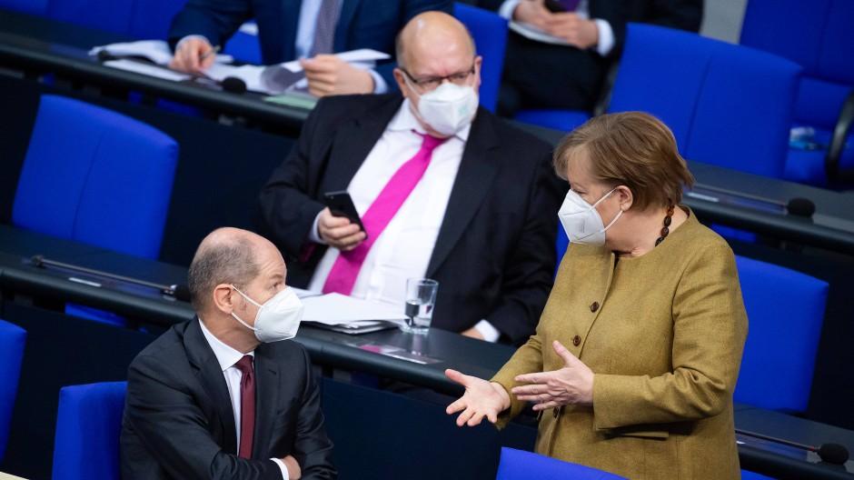 Krisenmanager im Dauerstress: Bundeskanzlerin Angela Merkel, Wirtschaftsminister Peter Altmaier und Finanzminister Olaf Scholz im Bundestag.