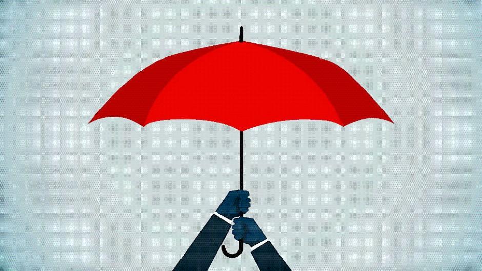 Viele Familien spannen für trübe Zeiten allzu große Rettungsschirme auf.