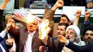 Wut und Protest: Abgeordnete verbrennen im iranischen Parlament eine amerikanische Flagge.