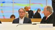 Rupert Stadler (Mitte) und seine Strafverteidiger beim Prozessauftakt im Strafverfahren am Landgericht München.