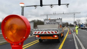 Hessen Mobil reagiert auf Unfälle vor Lastwagen-Waage