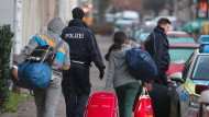 Abschiebung: Abgelehnte Asylbewerber werden zum Flughafen begleitet.