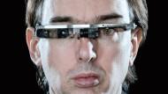 Das Leben als Cyborg: Der in Kanada lebende Professor sieht die Welt als TV-Show, die auf seine Netzhaut projiziert wird. Seine Datenbrille nimmt er nur nachts ab. Sein Look macht ihm allerdings nicht nur Freunde: In einem Pariser McDonald's griff 2012 ein Gast den schrägen Professor an und versuchte, ihm die Brille vom Kopf zu reißen.