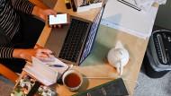 In der Pandemie konzentriert zuhause arbeiten. In vielen deutschen Unternehmen geht man von einem anderen Arbeitsalltag aus.