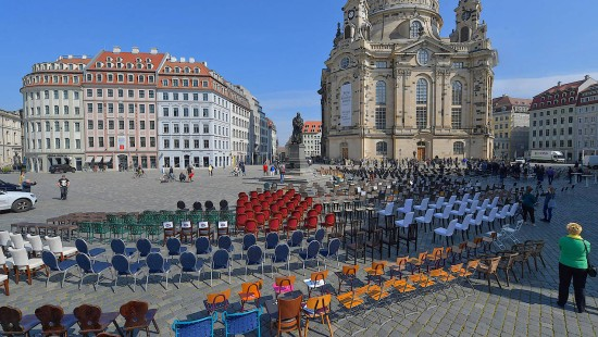 Leere Stühle gegen Schließungen